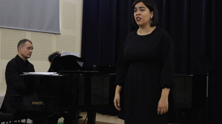 Gala Lirikoa, argazkitan