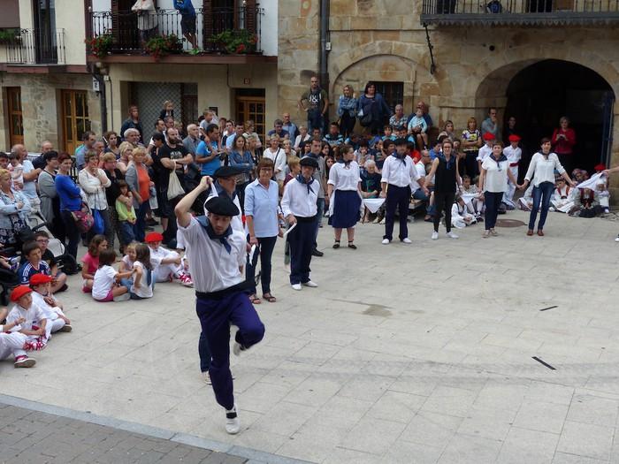 Txupina botaz eta ikurrin dantzarekin jaietan dira Antzuolan - 53