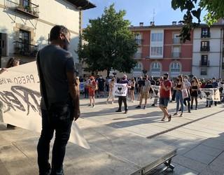 Presoen etxeratzea eskatuz manifestazioa egin dute Arrasateko kaleetan