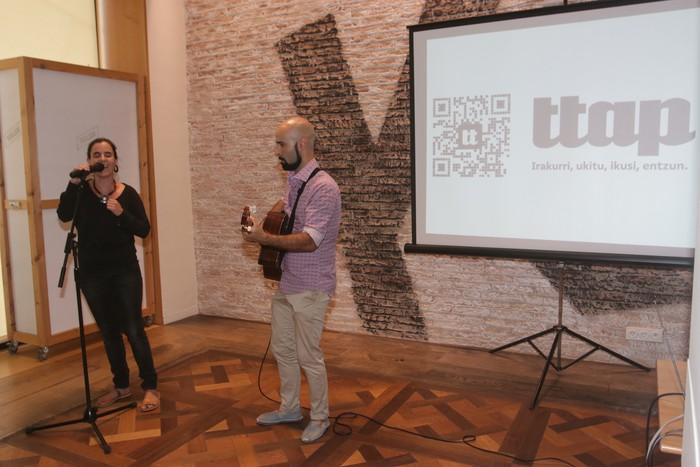 'Ttap' aldizkaria ezagutzeko jende asko elkartu da Donostian - 3
