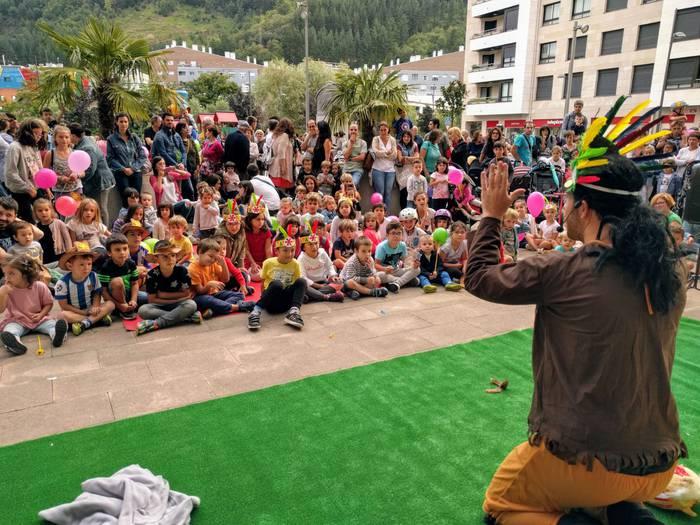 Indiarrekin eta unaiekin bete du Euskal Herria plaza Kids&Us-ek