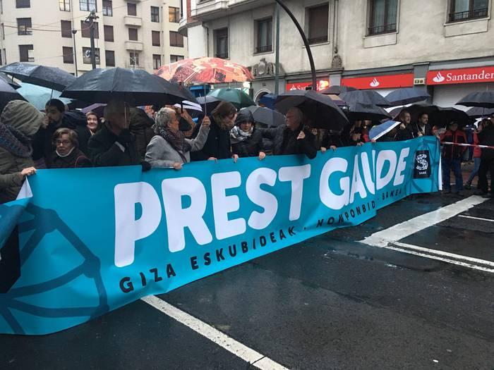 Milaka lagunek abiatu dute presoei elkartasuna adieraziz manifestazioa