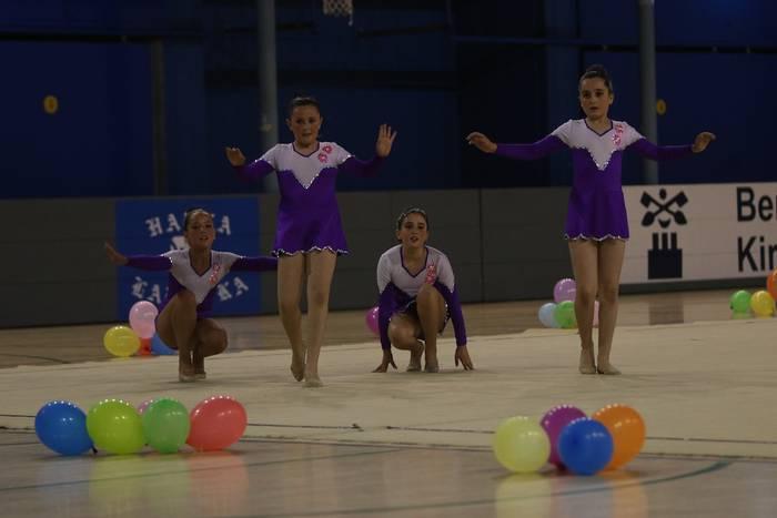 Ikasturtea agurtzeko festa ederra egin dute Ariznoako gimnastek Labegaraietan
