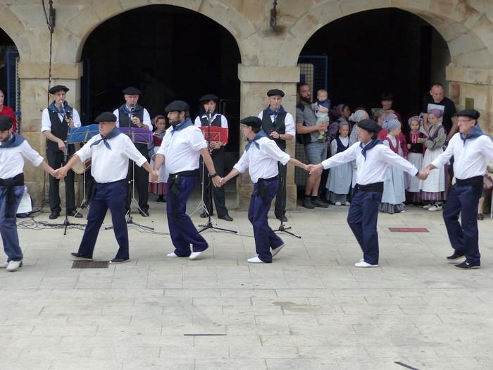 Txupina botaz eta ikurrin dantzarekin jaietan dira Antzuolan - 20