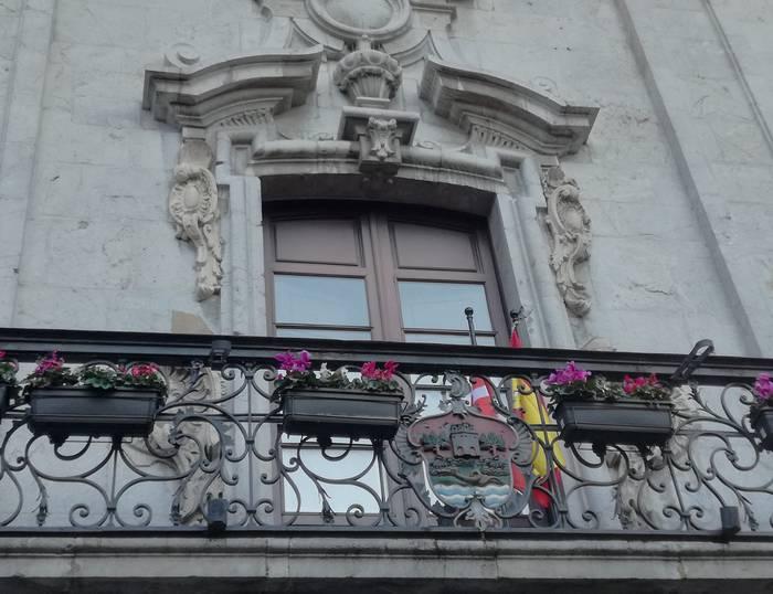 Espainiar banderarekin lotutako oharra plazaratu du EH Bilduk