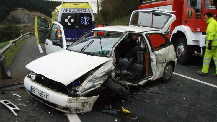 Bi zauritu, horietako bat larri, Aretxabaletan izandako auto istripuan