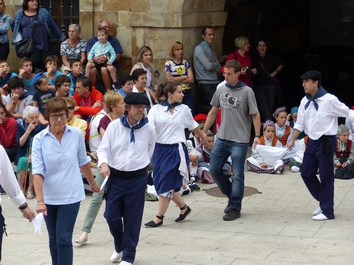 Txupina botaz eta ikurrin dantzarekin jaietan dira Antzuolan - 49
