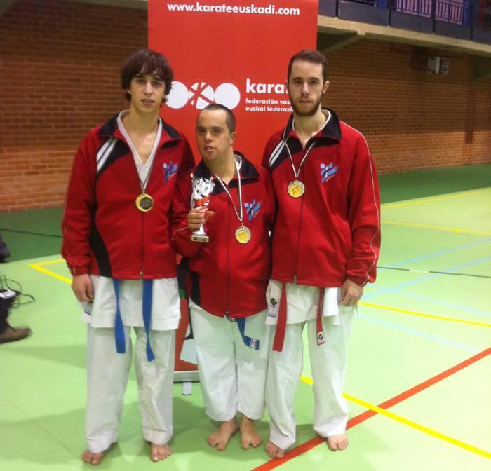 Vazquez anaiak eta Alex Elortondo dominekin itzuli dira Euskadiko karate txapelketatik