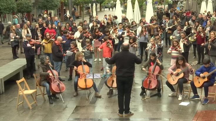 Bergarako musika eskolak antolatutako 'Agian bai' flashmob-a grabatu dute