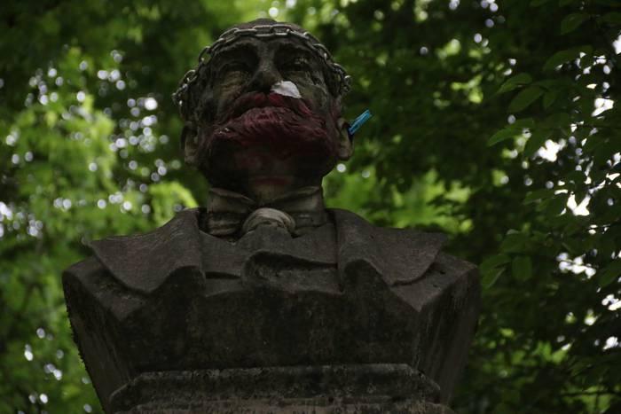 """Biteriren estatua, """"dagokion lekura"""""""