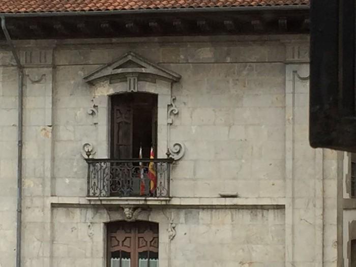 Espainiar bandera txiki bat jarri dute Arrasateko udaletxean