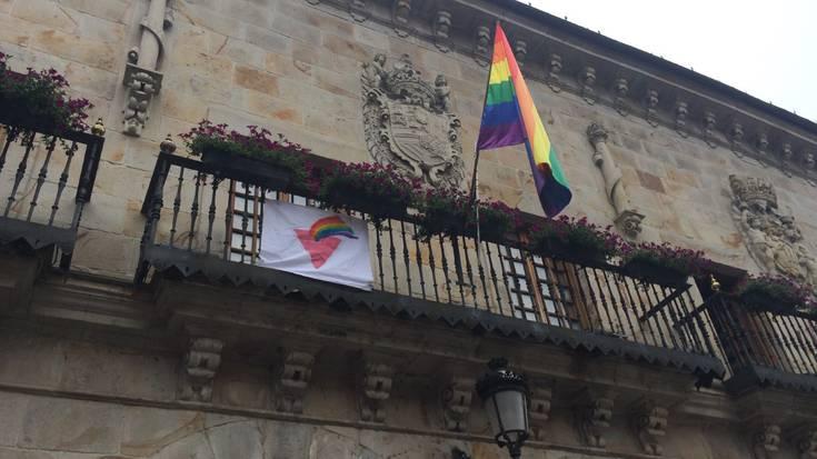 Ostadarraren bandera eta hiruki arrosa, Bergarako udaletxeko balkoian
