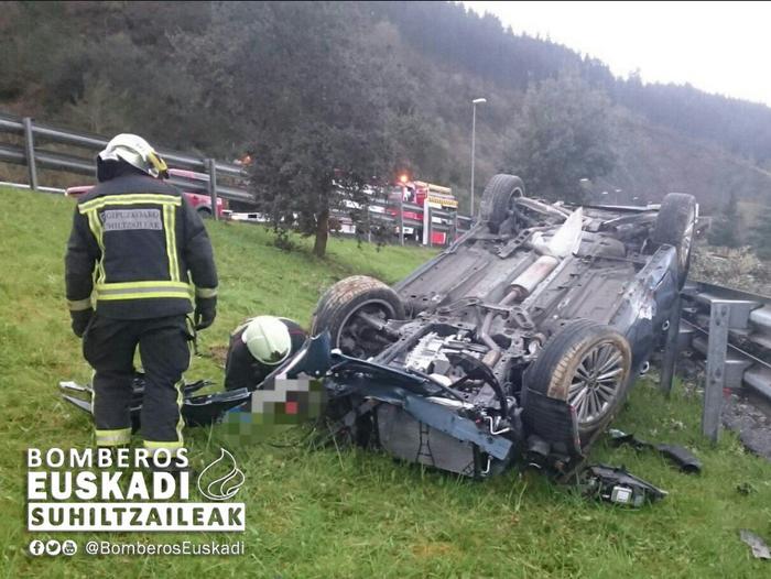 Auto batek istripua izan du AP-1 errepidean, Bergaran