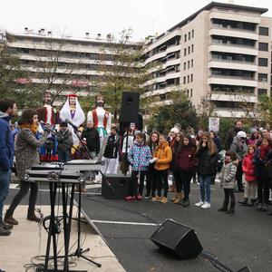 Txalo artean inauguratu dute Euskararen plaza, Arrasaten