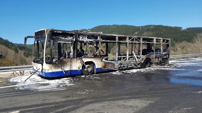 Autobus bat su hartuta Arrasaten - 4