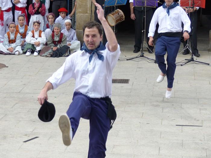 Txupina botaz eta ikurrin dantzarekin jaietan dira Antzuolan - 31