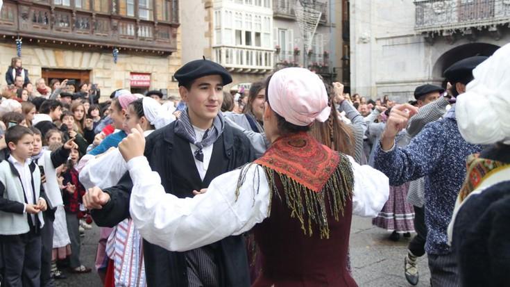 Txerri dantza jendetsua egin dute herriko plazan