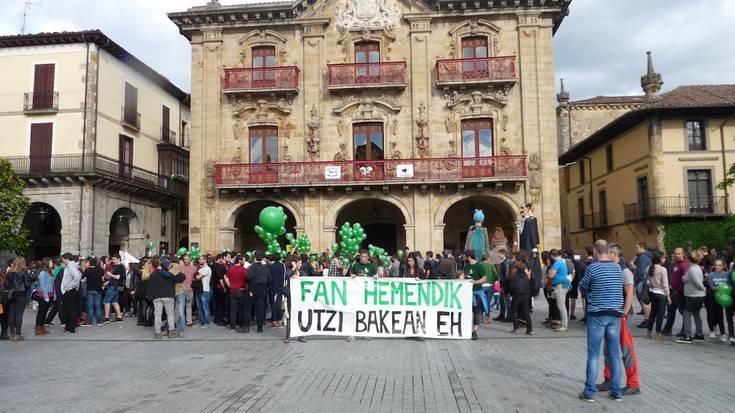 Manifestazio jendetsua egin dute Fan Hemendik egunean