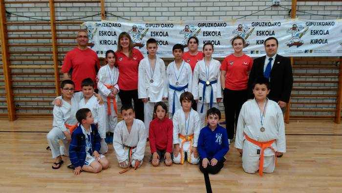 Bost domina lortu dituzte Aloña Mendiko karatekek eskolarteko txapelketan