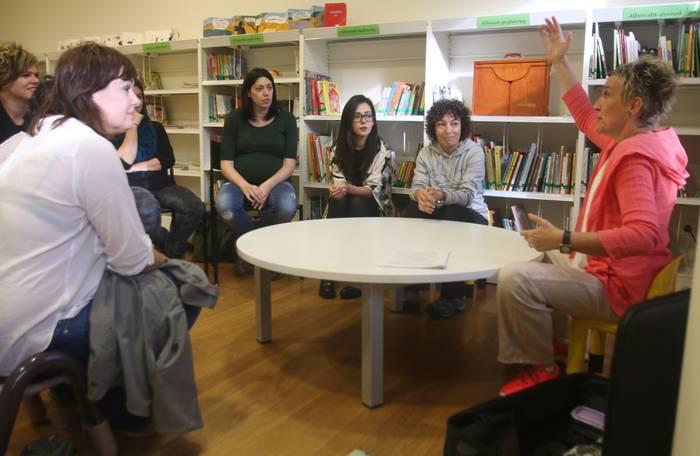 Yolanda Arrieta idazlea gurasoen gidari izan da liburutegian