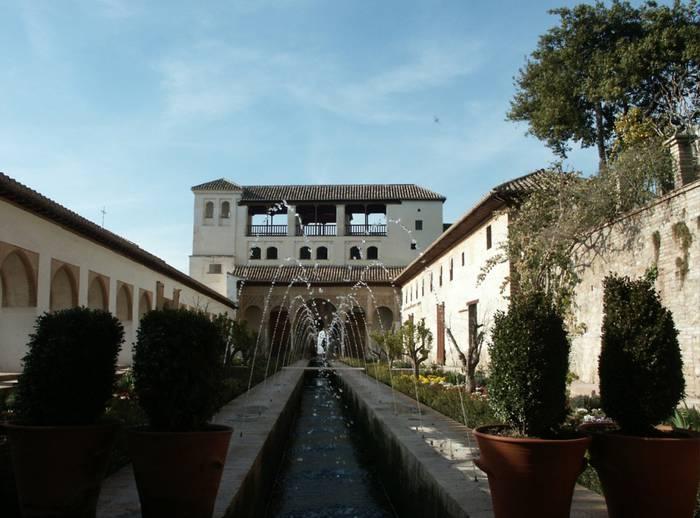 10 metroko altueratik behera erori zen lau urteko umea Alhambran
