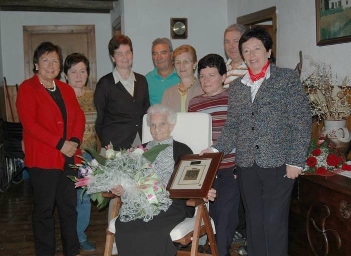 100 urte bete dituen Rosarito Kortabarriak auzotarren omenaldia jaso du