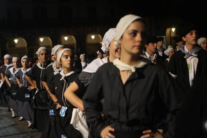 Inoizko danborrada jendetsuenean, euriak eta megafoniaren arazoek ez zuten festa zapuztu
