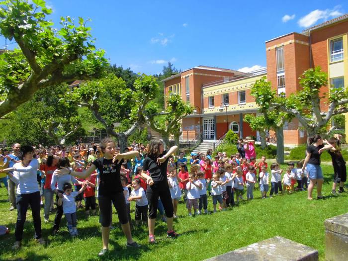 San Martin eskolakoek kantu berriarekin egindako flashmob-a ikusgai dago sarean