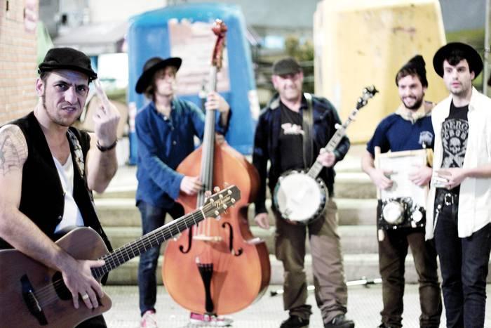 """Jim Tnt & the Gypsy Voodoo Rednecks: """"Blues esperimentala egitetik, ragtime edo countrya egitera egin dugu salto"""""""