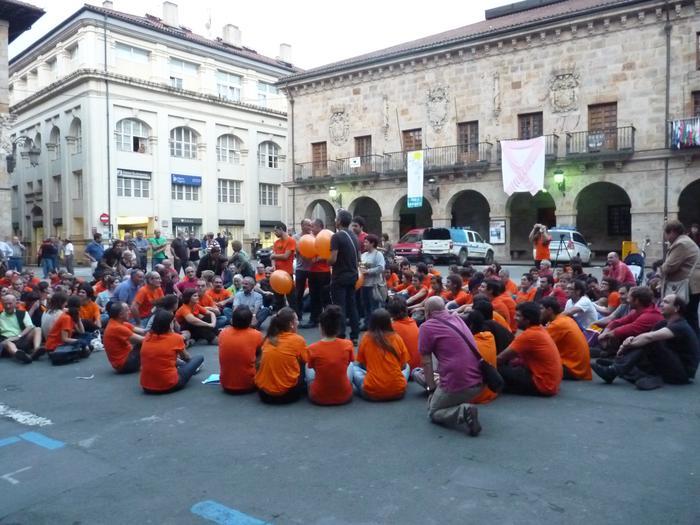 Bergarako auziperatuen inguruan harresia egin zuten, ekitaldi laranjan