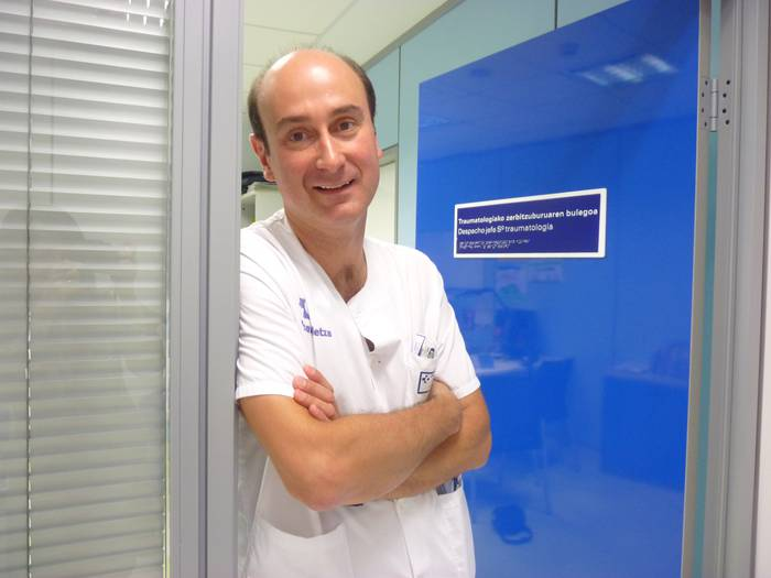 """Iñigo Etxebarria: """"Dermatologoekin eztabaida dugu, baina eguzki pixka bat hartzea ona da hezurrendako"""""""