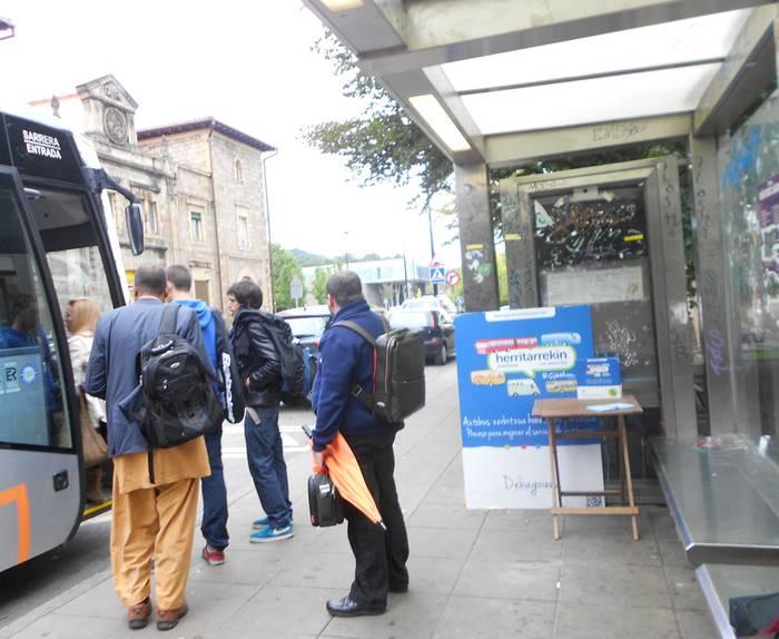Ekarpen ugari egin dituzte herritarrek autobus zerbitzua hobetzeko