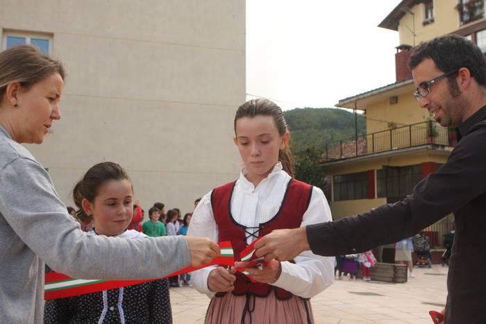 Eskolako neska-mutikoek ireki dute ofizialki Domingo Iturbeko gunea