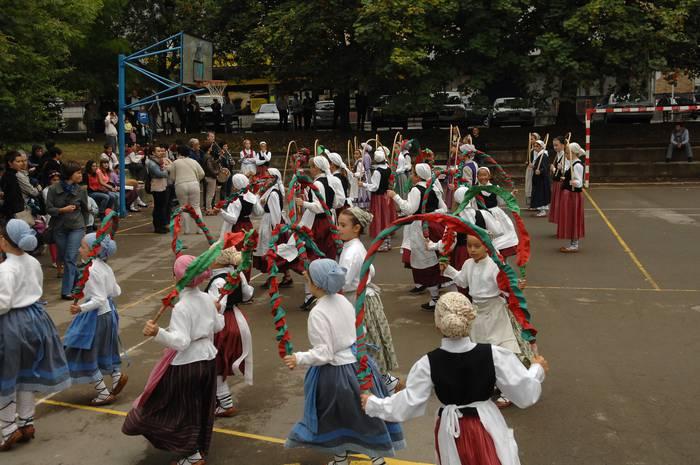 500 ume dantzari, Oñatiko kaleetan