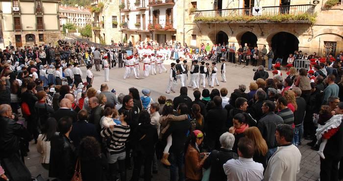 210 dantzarik Antzuolako txokoak alaitu dituzte