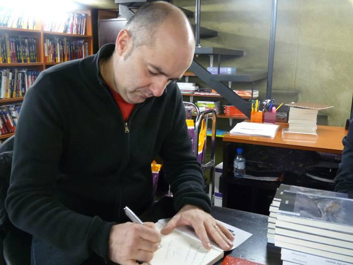 Jon Suinaga liburuak sinatzen aritu zen atzo Elkar liburu dendan