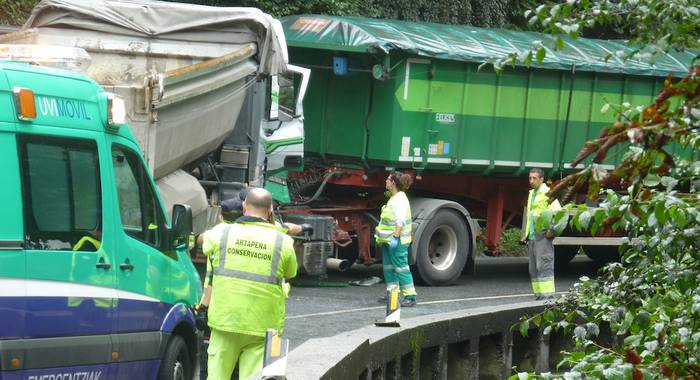 Bi kamioien arteko istripua gertatu da Bergara eta Antzuola artean eta momentu honetan[14:37] errepideak itxita jarraitzen du
