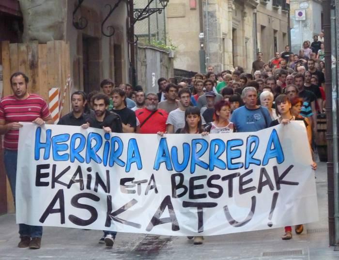 Jendetza atera da kalera Herrira-ren alde