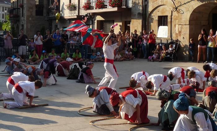Bandera igoera herritarren esku geratuko da aurten
