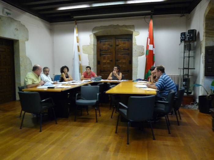 Espainiako bandera jartzeko erabakia urriko osokoan hartu beharko du Aramaioko udalbatzak