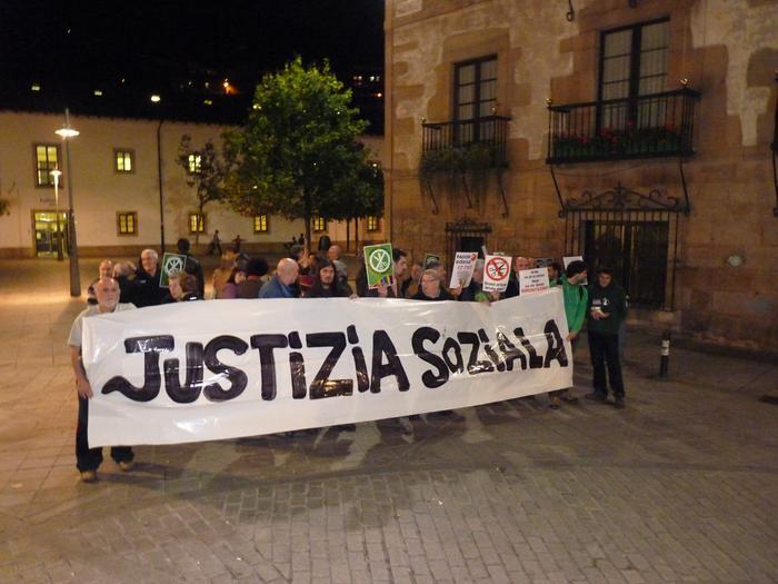 """25 bat lagun atzo Arrasateko Portaloian """"justizia soziala"""" aldarrikatzeko"""