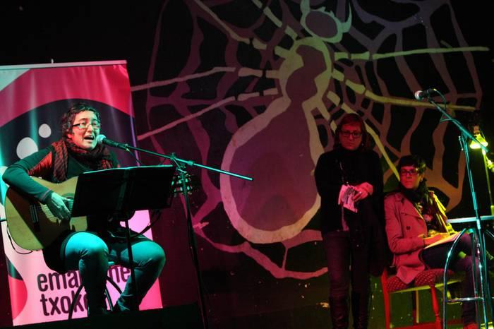 'Emakumeen begiradak plazara!': poesia musikarekin uztartutako emanaldi goxoa