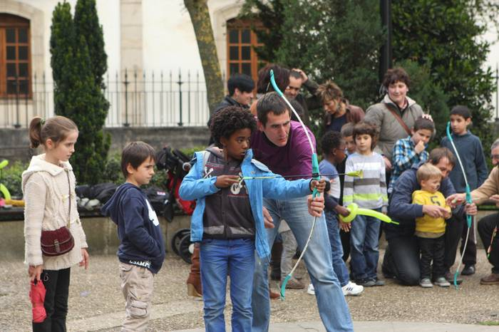 Urgain Eskolak kolorez jantzi zuen zapatuan Oñatiko plaza