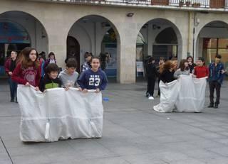 Euskal jokoak ezagutzen dabiltza 150 bat neska-mutiko Herriko Plazan
