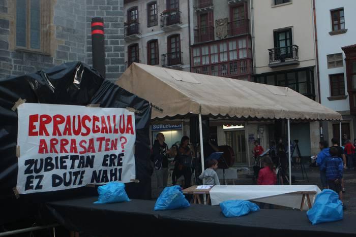 Arrasateko Zero Zabor taldeak parodia egin du Herriko Plazan