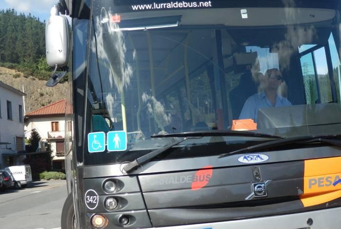 Autobus zerbitzu berria Oñatin eta taxibusaren eskaintza berria Elgetan