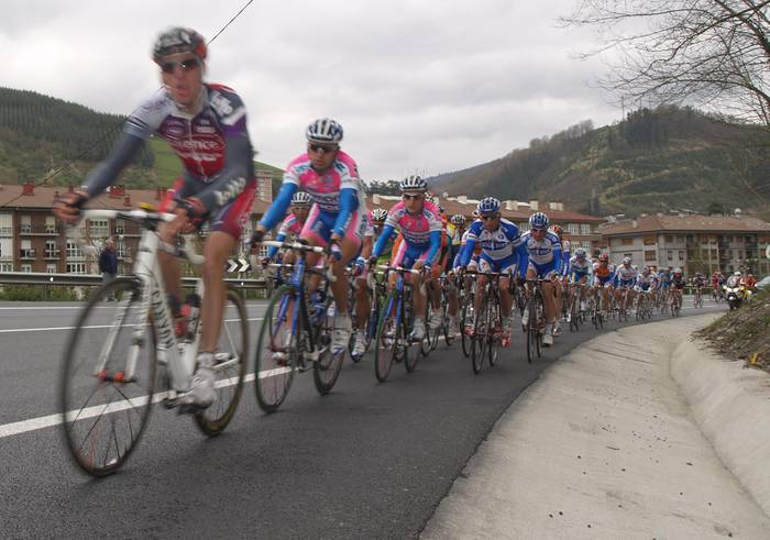Alberto Contador irabazle Arraten, ibarretik igaro den etapan