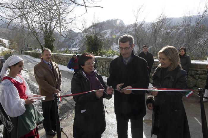 Arantzazu-Gomistegi: bide irisgarrien sareko lehen ibilbidea inauguratu dute