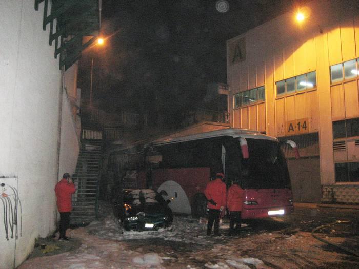 Autobus bat erre da goizaldean