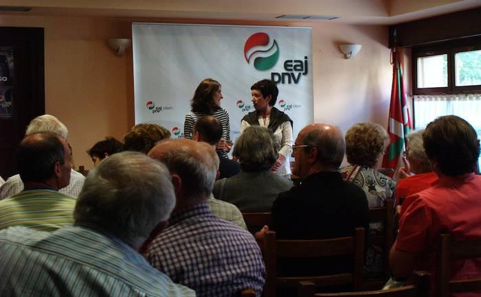 Legebiltzarreko presidentea Oñatiko alderdikideekin izan da